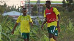 Indosport - Amido Balde berlatih di Lapangan UNESA, Selasa (06/08/19).