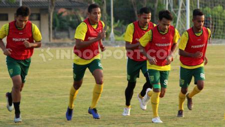 Rachmat Irianto (kiri) dan Andri Muliadi (dua dari kiri), saat latihan bersama skuat Persebaya di Lapangan UNESA, Selasa (06/08/19). - INDOSPORT