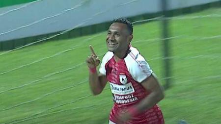 Titus Bonai akhirnya resmi berstatus sebagai pemain Borneo FC di Liga 1 2020, setelah sebelumnya sempat menandatangani kontrak dengan Bhayangkara FC. - INDOSPORT