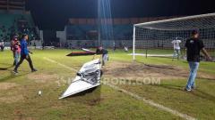 Indosport - Hampir sebagian papan adboard rusak dihancurkan suporter.