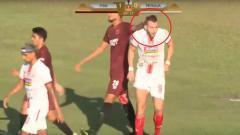 Indosport - Abdul Rahman Sulaeman memperlakukan Marko Simic secara tidak wajar di laga final Kratingdaeng Piala Indonesia antara PSM Makassar vs Persija Jakarta.