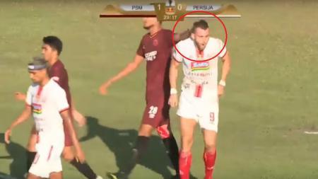 Abdul Rahman Sulaeman memperlakukan Marko Simic secara tidak wajar di laga final Kratingdaeng Piala Indonesia antara PSM Makassar vs Persija Jakarta. - INDOSPORT