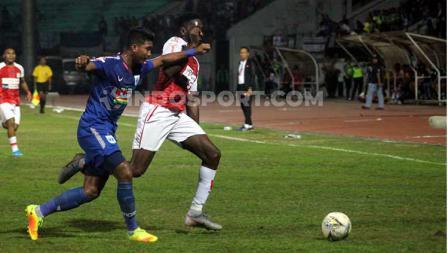 Aksi penyerang Persipura Jayapura, Mamadou Samassa berusaha melepas dari kawalan pemain PSIS Semarang