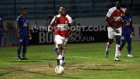 Selebrasi gol pembuka dari penyerang Persipura Jayapura, Titus Bonai ke gawang PSIS Semarang