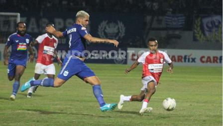 Bek PSIS Semarang, Wallace Costa berusaha menghentikan pergerakan Todd Ferre