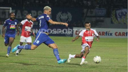 Bek sekaligus kapten PSIS Semarang, Wallace Costa berusaha menghentikan pergerakan Todd Ferre - INDOSPORT