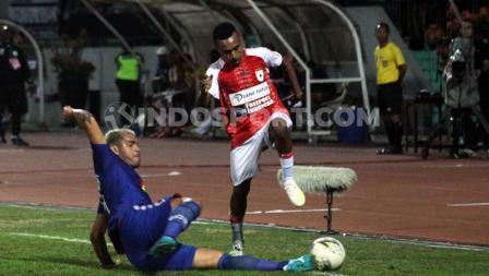 Gelandang serang Persipura Jayapura, Todd Rivaldo Ferre berusaha menghindar dari tekel yang dilakukan bek PSIS Semarang, Wallace Costa.