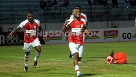 Penyerang Persipura Jayapura, Titus Bonai, lakukan perayaan gol ke gawang PSIS Semarang dalam lanjutan Liga 1 2019.