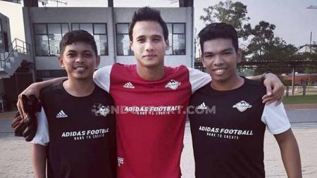Kiper Madura United, Muhammad Ridho jajal 'Senjata' mirip Lionel Messi. Foto: Herry Ibrahim/INDOSPORT - INDOSPORT