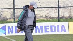 Indosport - Fakhri Husaini meninjau lapangan pertandingan di Piala AFF U-18 2019 Grup A. Foto: pssi.org