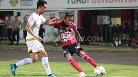 Kapten Bali United, Fadil Sausu saat melepaskan umpan  dalam laga melawan PSM Makassar di Stadion Kapten I Wayan Dipta, Gianyar, JKamis (1/8/19). - INDOSPORT