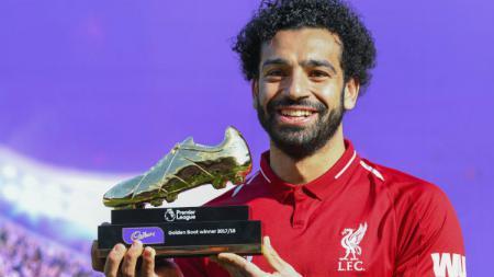 Mohamed Salah saat memegang trofi top skor di Liga Primer Inggris musim 2017/18. - INDOSPORT