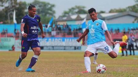 Duel antarpemain dalam laga Babel United vs Persita Tangerang di Stadion Depati Amir, Bangka Belitung pada pekan ke-10 Liga 1 2019, Rabu (07/08/19). - INDOSPORT