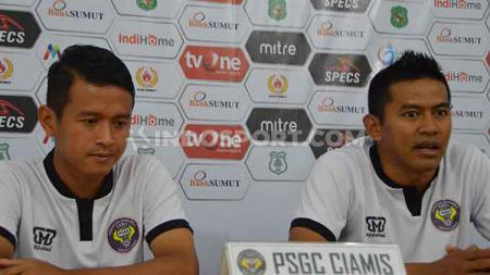 Asisten Pelatih PSGC Ciamis, Ayi Daud Akhiri (kanan) didampingi pemainnya, Arip Budiman (kiri), dalam temu pers jelang pertandingan PSMS Medan vs PSGC Ciamis, Rabu (7/8/2019) sore. - INDOSPORT