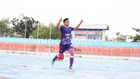 Striker Persita Tangerang, Sirvi Arfani saat merayakan selebrasi usai membobol gawang Babel United di pekan kesepuluh Liga 2 2019 wilayah barat. - INDOSPORT