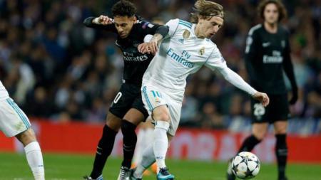 Neymar dan Luka Modric saat bertarung di laga PSG vs Real Madrid Liga Champions. - INDOSPORT