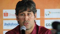 Indosport - Pelatih Bali United, Stefano Cugurra, dalam konferensi pers Liga 1.