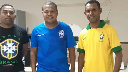 Mantan Pemain Persipura Jayapura dan Timnas Indonesia U-23, Stevie Bonsapia (tengah) yang kini berprofesi sebagai karyawan Bank Papua. - INDOSPORT