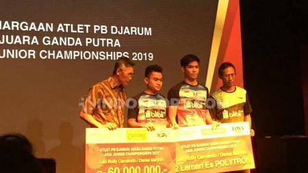 Pebulutangkis junior Leo Rolly Carnando, Daniel Marthin, dan Indra Cahya Sari Jamil menerima hadiah ratusan juta rupiah. - INDOSPORT