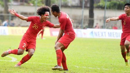 Striker timnas Indonesia U-18, Bagus Kahfi, akan merayakan gol bersama rekan setimnya. - INDOSPORT
