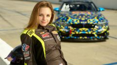 Indosport - Aurora Straus, pembalap asal Amerika Serikat yang memiliki paras seperti boneka Barbie.