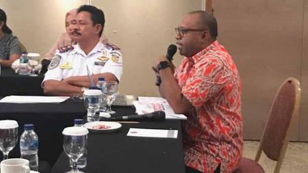 Plt Kadisorda Provinsi Papua, Alexander Kapisa saat menyampaikan kesiapan Papua sebagai Tuan rumah Popnas XV dan Peparpenas IX dalam Rapat Koordinasi Panitia Penyelenggara Popnas, di Kantor Kementerian Pemuda dan Olahraga di Jakarta. - INDOSPORT