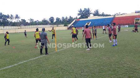 Para Pemain PSIS Melakukan Game Sepak Takraw Saat Latihan di Stadion Gemilang, Magelang. - INDOSPORT