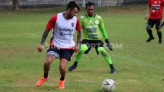 Indosport - Kiper Bali United, Samuel Reimas, mengamati pergerakan Stefano Lilipaly.
