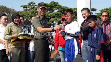 Dandim Malang besama Gusti Randa sebagai perwakilan PSSI dalam NKRI Football Festival. - INDOSPORT