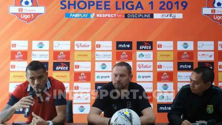 Dejan Antonic dan Beto Goncalves saat konfrensi pers.jpg - INDOSPORT