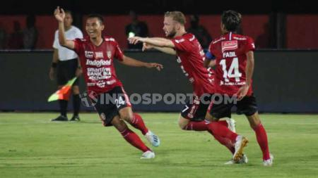 Ricky Fajrin mendapat sambutan mengejutkan saat mengikuti konvoi perayaan Bali United juara Liga 1 2019. - INDOSPORT