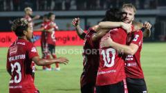 Indosport - Aksi selebrasi pemain Bali United melawan Semen Padang.