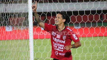Irfan Bachdim merayakan gol di dalam gawang Semen Padang. - INDOSPORT