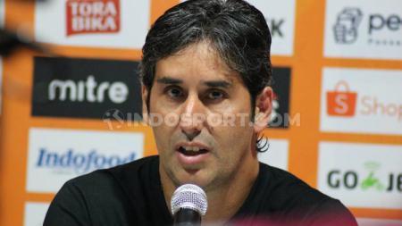 Pelatih Bali United, Stefano Cugurra Teco, memberi komentar usai pertandingan Piala AFC 2020 melawan Ceres Negros harus ditunda akibat virus Corona. - INDOSPORT