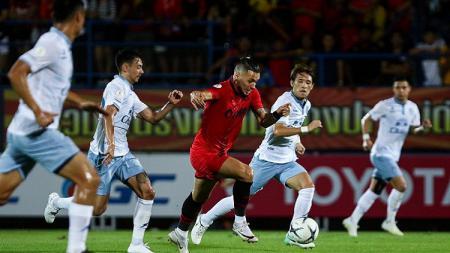 Striker PTT Rayong, Dennis Murillo (tengah). - INDOSPORT