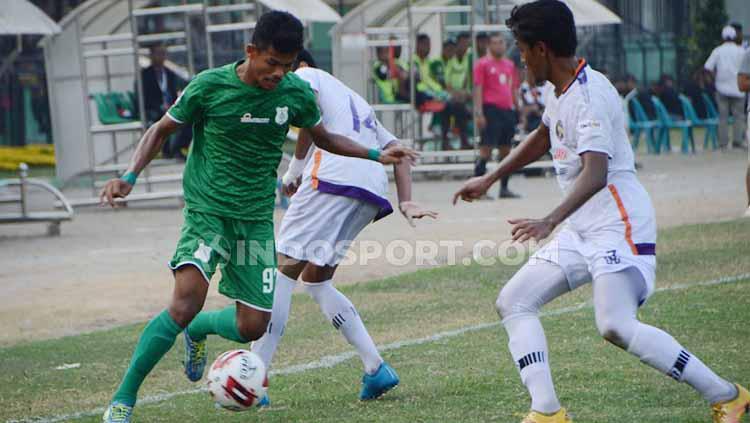 Pemain muda PSMS Medan, Ilham Fathoni, saat berupaya melewati pemain PSGC Ciamis, Jumat (09/08/19). Copyright: Aldi Aulia Anwar/INDOSPORT