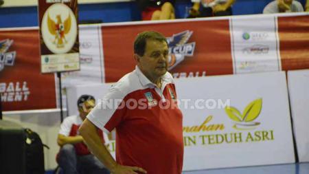 Pelatih kepala Timnas Basket Putra Indonesia, Rajko Toroman, saat melihat anak asuhnya bermain di Elang Cup Basketball Tournament di Medan. - INDOSPORT