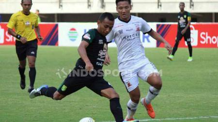 Pemain Persebaya Surabaya, Irfan Jaya (kiri) punya harapan besar untuk Liga 1 Indonesia musim 2020. Ia berharap jadwal kompetisi musim depan tidak seketat musim 2019. - INDOSPORT
