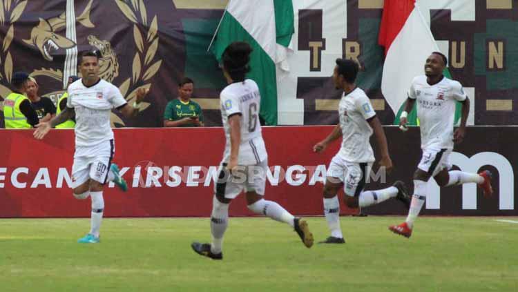 Selebrasi Beto Goncalves setelah berhasil mencetak gol ke gawang Persebaya. Copyright: Fitra Herdian/INDOSPORT