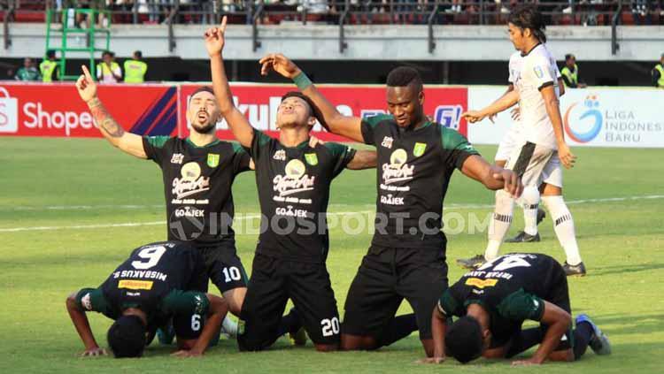 Selebrasi Amido Balde setelah berhasil mencetak gol pada menit 42. Copyright: Fitra Herdian/INDOSPORT