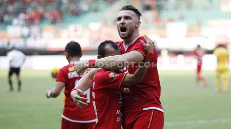 Marko Simic merayakan gol bersama Riko di Stadion Patriot. - INDOSPORT