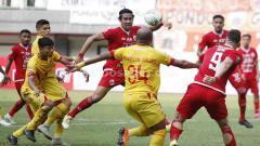 Indosport - Situasi pertandingan Persija Jakarta vs Bhayangkara FC di Stadion Patriot.