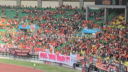 Suasana Stadion Patriot sepi di laga Persija vs Bhayangkara, ada spanduk sindiran jakmania. - INDOSPORT