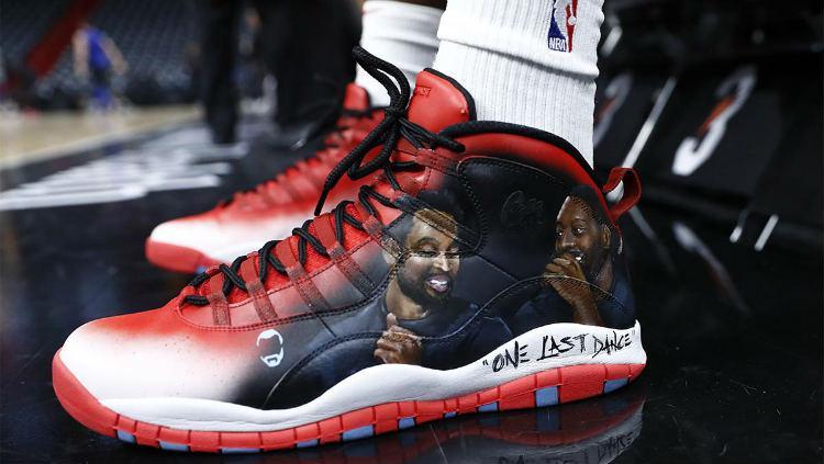 Sepatu Bam Adebayo dengan desain untuk tribut Dwyane Wade. Copyright: AP