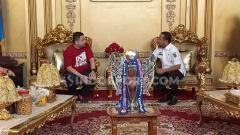 Indosport - CEO PSM Makassar memboyong trofi Kratingdaeng Piala Indonesia ke Rujab Gubernur Sulsel di Jalan Jenderal Sudirman, Makassar, Rabu (7/8/19). Rombongan tim PSM Makassar diterima oleh Wagub Sulsel, Andi Sudirman Sulaiman.