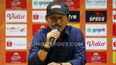 Indosport - Djajang Nurdjaman saat konferensi pers usai laga Persebaya vs Madura United, Sabtu (10/08/19).