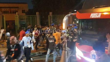 Jakmania mengerubungi bus Persija Jakarta usai tim Macan Kemayoran ditahan imbang Bhayangkara FC, Sabtu (10/08/19). - INDOSPORT