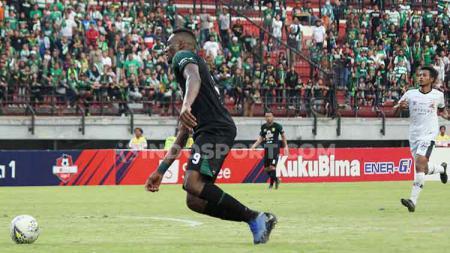 Amido Balde menjadi pemain yang disoroti Djadjang Nurdjaman. - INDOSPORT