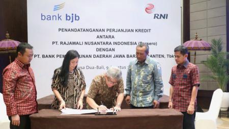 Direktur Utama bank bjb, Yuddy Renaldi dan Direktur Utama PT. RNI B. Didik Prasetyo, lakukan penandatanganan kerja sama pembiayaan fasilitas kredit modal kerja, Jumat (9/8/19). - INDOSPORT