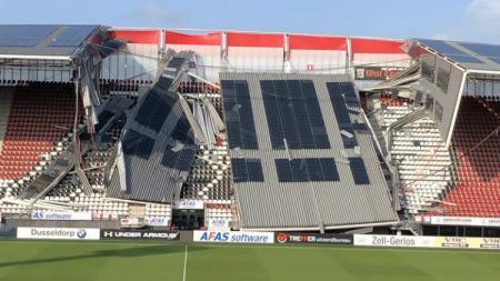 Stadion AFAS kandang AZ Alkmaar roboh tertiup angin, Minggu (11/08/19). - INDOSPORT